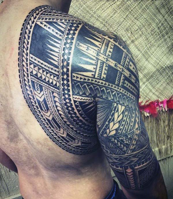 Samoan Tattoo on the shoulder overlapping to the back brings the elegant look