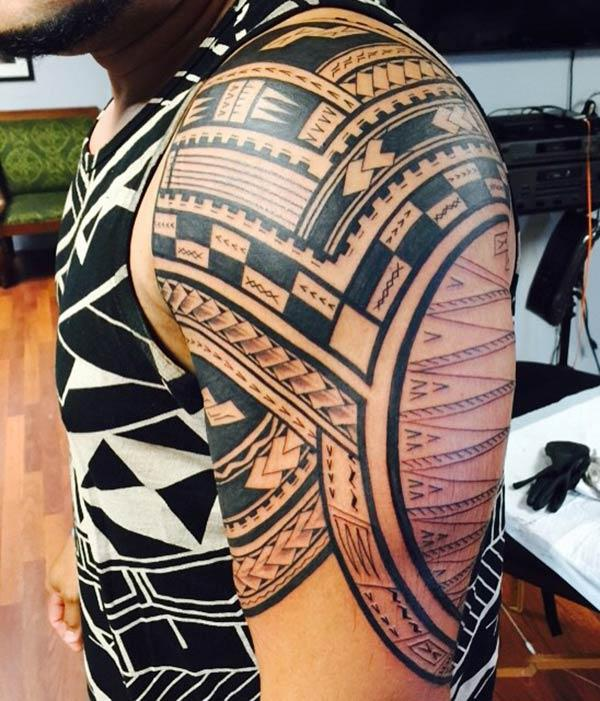 Samoan Tattoo on the shoulder makes a man look radiant