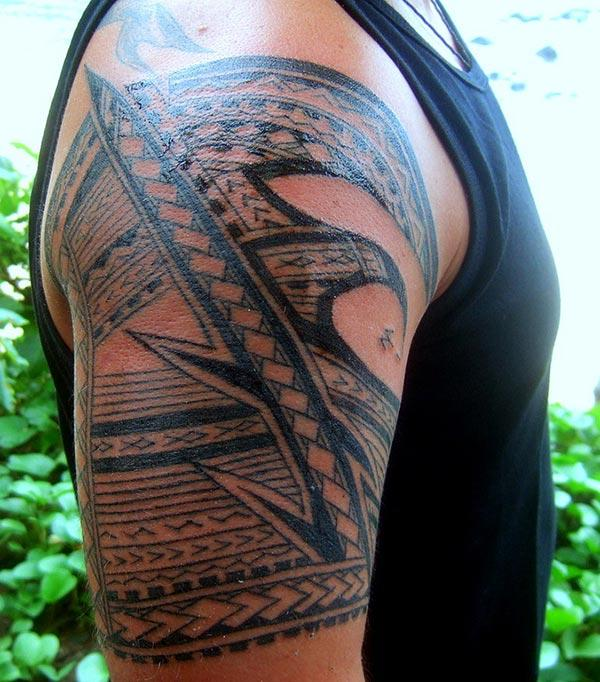 Samoan Tattoo on the shoulder make a man look flashy and stately