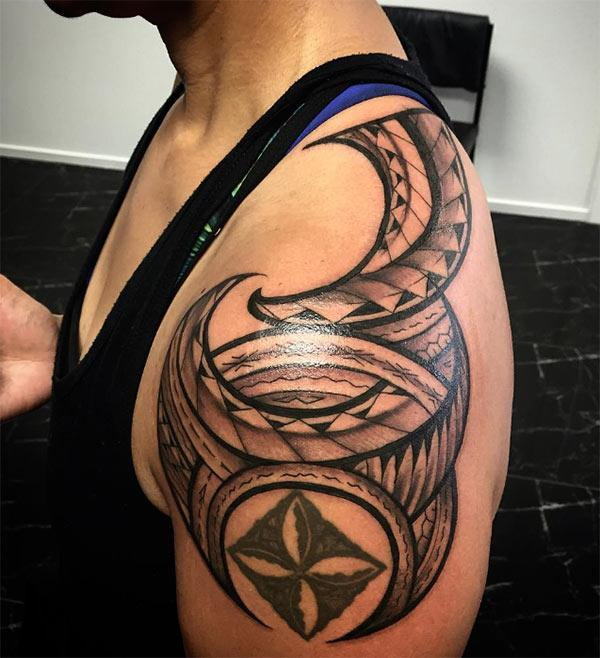 Samoan Tattoo on the shoulder brings the flashy and attractive look