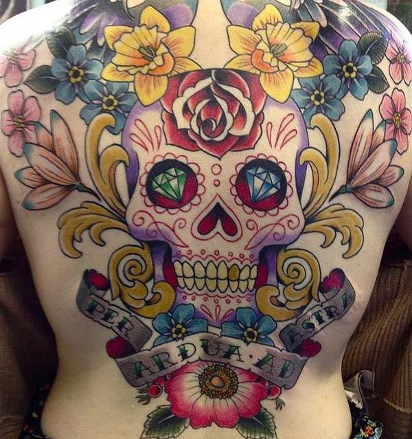 O máis incrible tatuaxe do cráneo de azucre para toda a parte de atrás da femia