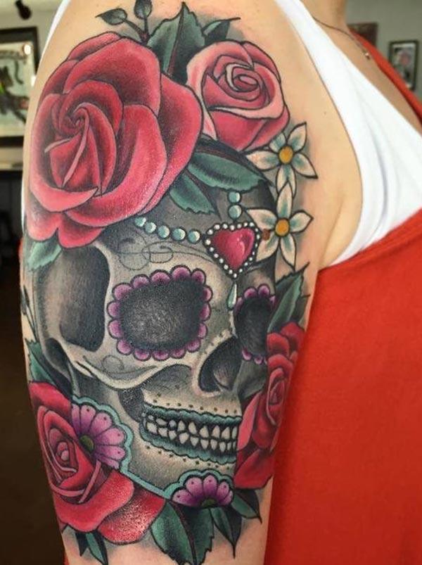 A fermosa tatuaxe do cráneo de azucre no brazo feminino