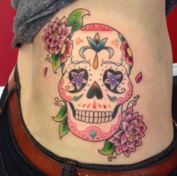 A tatuaxe por parte lateral dunha moza