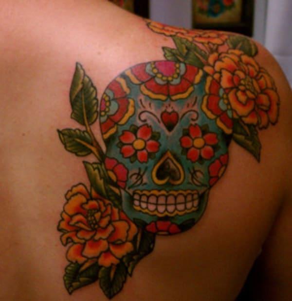 Lopullinen sokerin kallo tatuointi naiselta takaisin oikealta ylhäältä