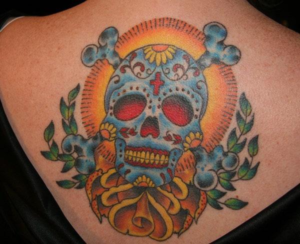 Paras sokerin kallo tatuointi hänen selälleen.