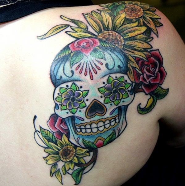 Unha elegante tatuaxe de cráneo de azucre no dorso da femia