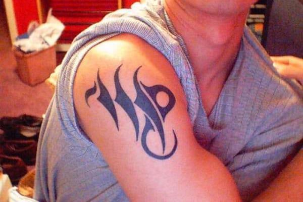 Virgo tetovanie s dizajnom čierneho atramentu robí človeka elegantným