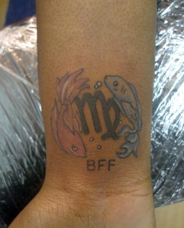 Virgo tetovanie na zápästí so správou robí z dievčaťa očarujúce
