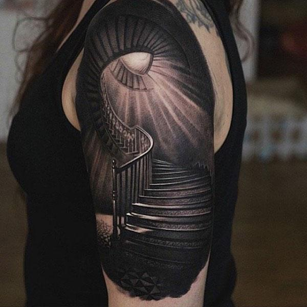 Amazing Tattoo on the left shoulder brings the exquisite look