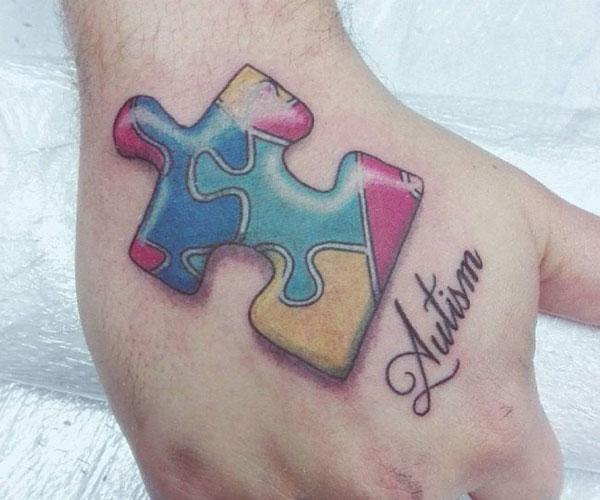 Autisme Tattoo på hånden gør en mand ser elegant ud