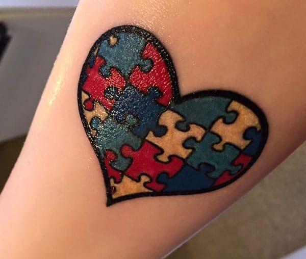 Autism Tattoo med en sort blæk omrids kærlighed, design gør en kvinde ser fængslende