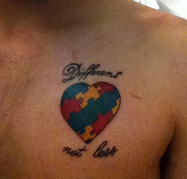 Autisme Tatovering på det øvre bryst gør en mand med et hunky look