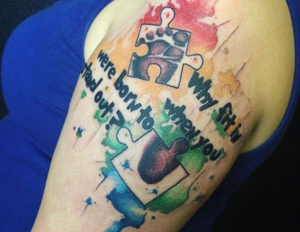 Denne Autism Tattoo design med en farverig blæk gør venstre arm se fabelagtig