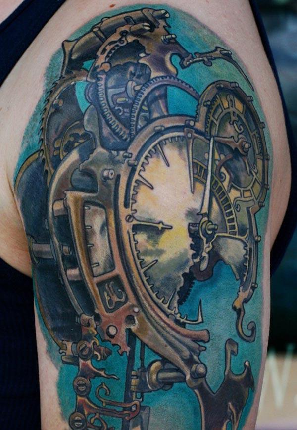 Impresionante tatuaje en el brazo izquierdo que un hombre tiene un aspecto augusto