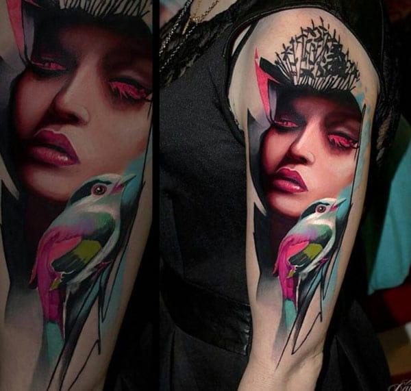 Impresionante tatuaje para mujeres con diseño de la cara de tinta rosada que se vean con clase