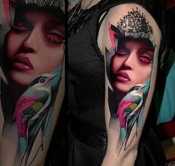 Awesome Tattoo για τις γυναίκες με πρόσωπο με ροζ μελάνι σχεδιασμό τους κάνουν να φαίνονται αριστοκρατική