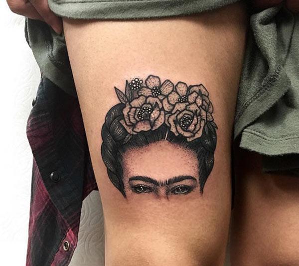 Impresionante tatuaje en el muslo lateral da a las chicas un aspecto atractivo