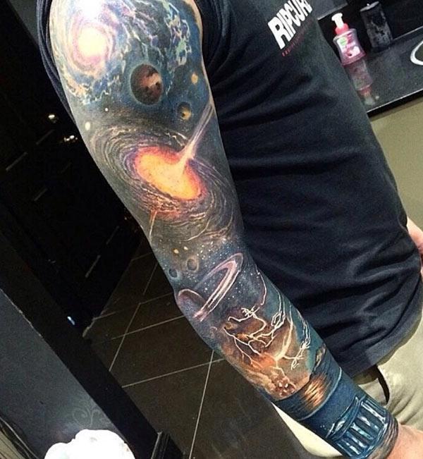Impresionante tatuaje en el brazo con esta tinta de diseño que un hombre se vea elegante