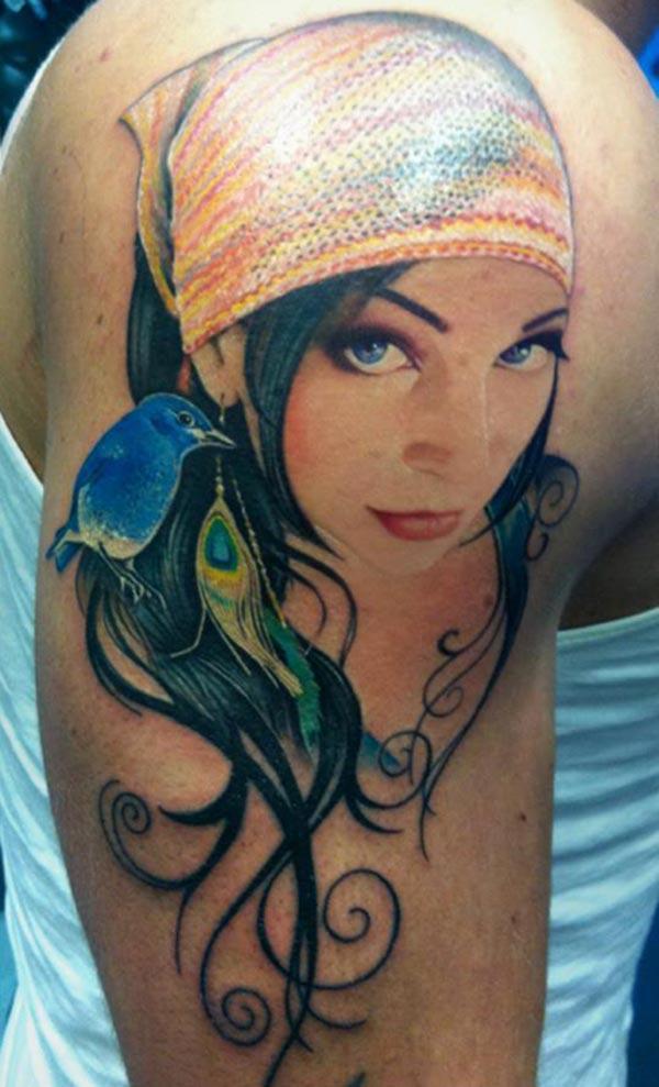 Impresionante tatuaje en el hombro derecho que un hombre se vea maravilloso