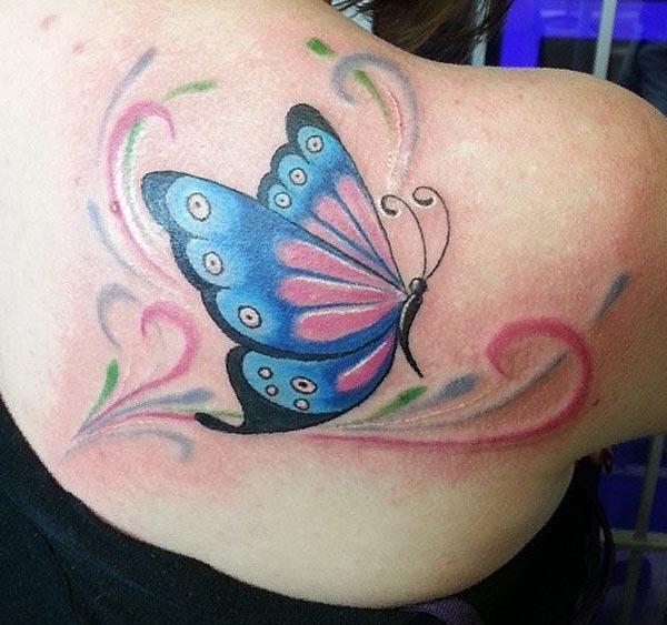 Impresionante tatuaje con diseño de tinta azul mariposa trae una mirada hermosa