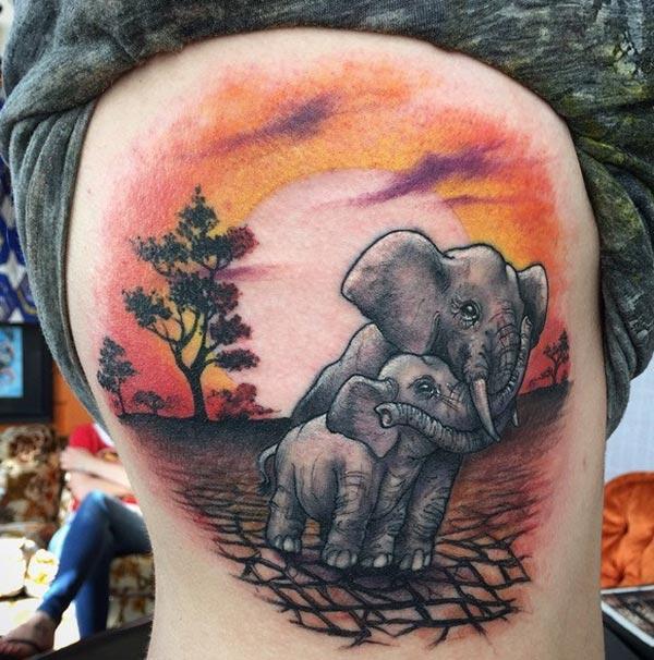 Impresionante tatuaje en el lado provoca la memoria o lo hace como un recordatorio