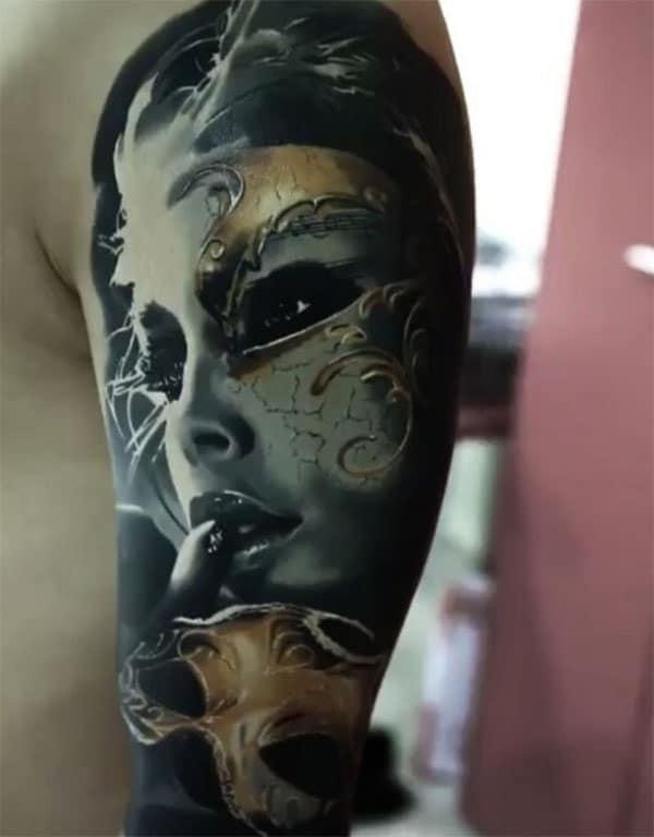 El impresionante tatuaje en el brazo izquierdo superior hace que un hombre se vea galante