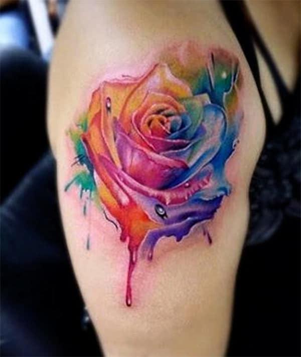 Impresionante tatuaje con una flor azul y rosa, diseño de tinta que la mujer se vea decorativa