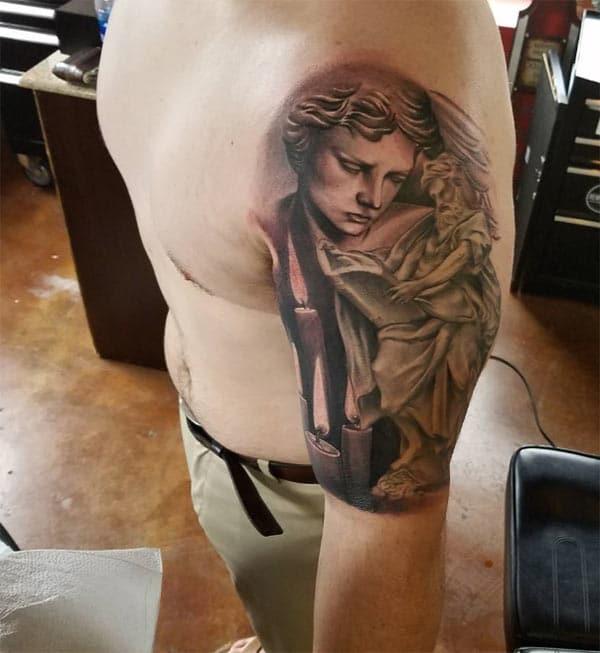 Impresionante tatuaje en el brazo superior izquierdo trae la mirada moralista en los hombres