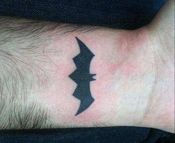 Bat tattoo op de pols brengt de glamoureuze blik
