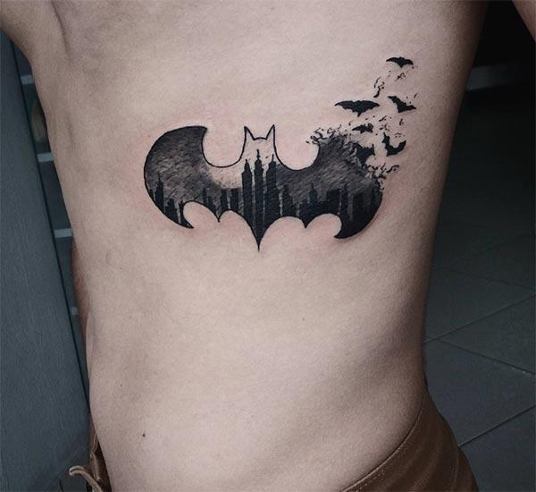 Bat tattoo rau ntawm lub sab sab nrog lwm tus neeg xau phom ua rau ib tug txiv neej saib ib leeg