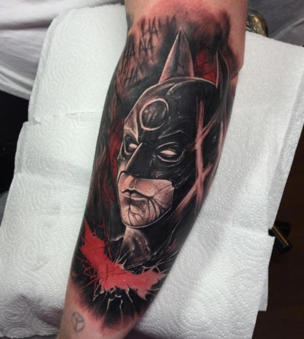 The Batman tattoo on the left hand make a man have a fancy look