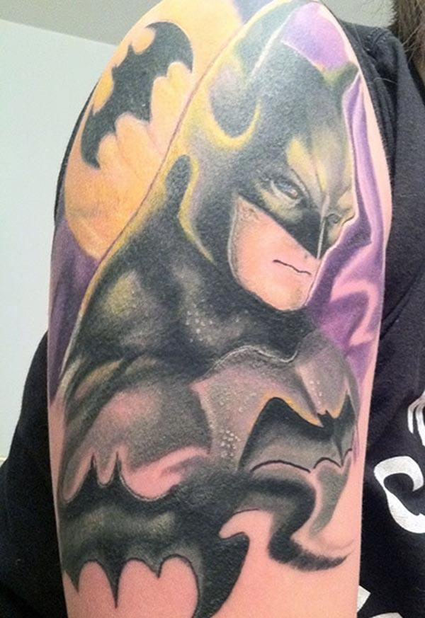 Men makes Batman tattoo on their shoulder to flaunt it
