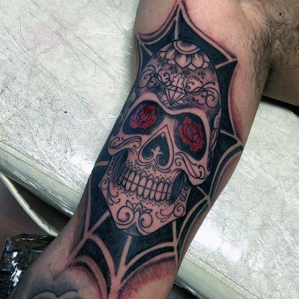 Bicep Tattoo for menn med mørk blekkdesign gjør en mann ser søt ut
