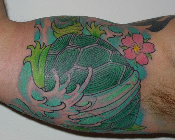 Bicep Tattoo for menn med en kjærlighet grønn blekkdesign gjør dem iøynefallende