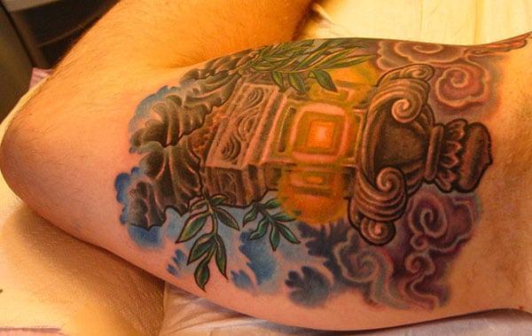 Bicep Tattoo rau cov txiv neej nrog lub tsev tsim tsim kom lawv pom txias
