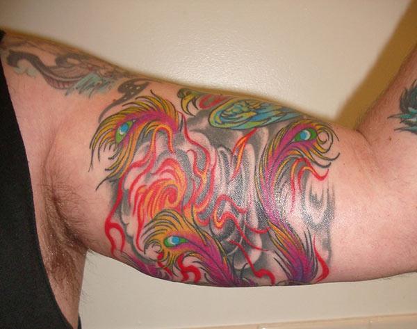 Bicep tattoo nrog cov kua liab mem tes tsim theem dapper saib nyob rau hauv ib tug txiv neej