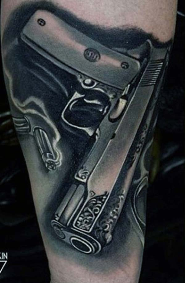 Gun Tattoo ერთად ნაცრისფერი მელნის დიზაინი ქვედა მკლავი გვიჩვენებს მათი foxy სახეს