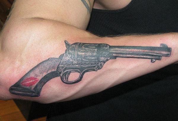 Gun Tattoo ერთად ყავისფერი მელნის დიზაინი ქვედა მკლავი გვიჩვენებს მათი foxy სახეს