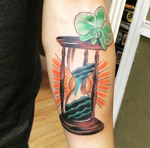 下の腕の砂時計のタトゥーは、男が魅惑的に見えるようにします