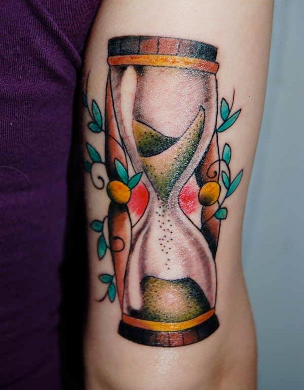 Hourglass tattoo on the hand make ladies have dazzling appearance