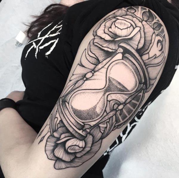 砂時計のタトゥーで魅力的な女の子が魅力的