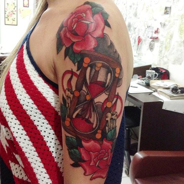 Hourglass tattoo for the shoulder gives the captive look in girls