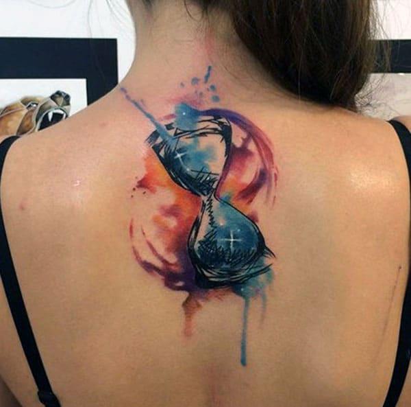 レディースのバックネックの砂時計のタトゥーの紫色のインクデザインが魅力的に見える
