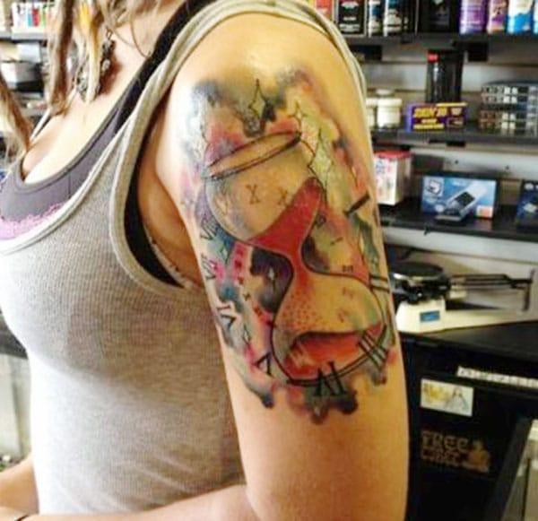 女の子の肩の砂時計の入れ墨