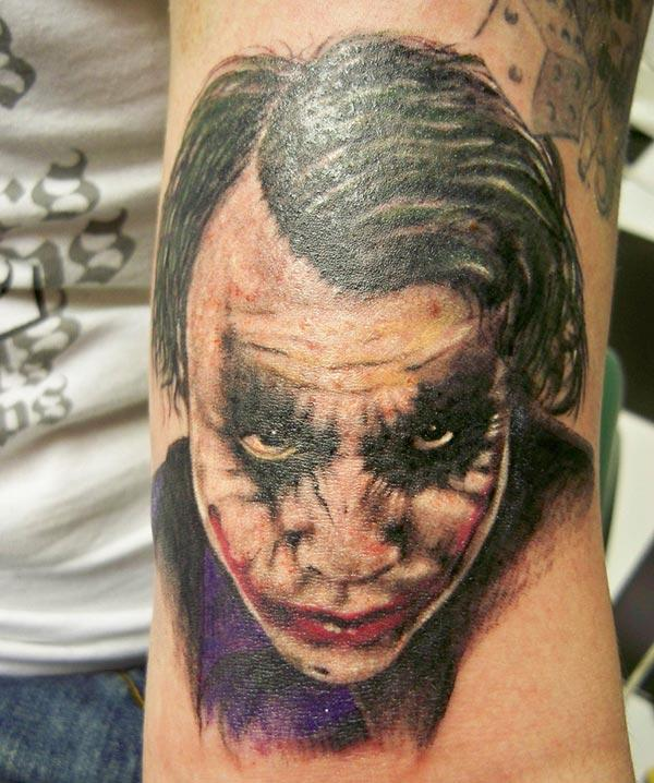 Joker Tattoo for menn med blekkdesign bringer dem elegante