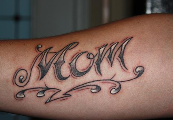 The Mom tattoo on the lower font arm brings the ornate look on a man