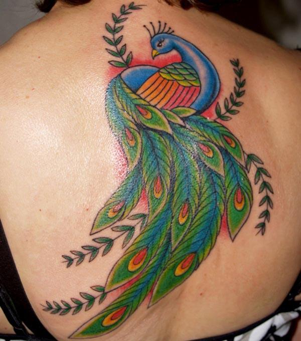 Peacock Tattoo ຢູ່ດ້ານຫລັງເຮັດໃຫ້ຍິງທີ່ຫນ້າສົນໃຈແລະສະຫງ່າງາມ