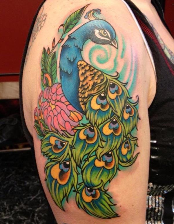 Påfugl tatovering for skulderen gir det fange utseendet i jenter