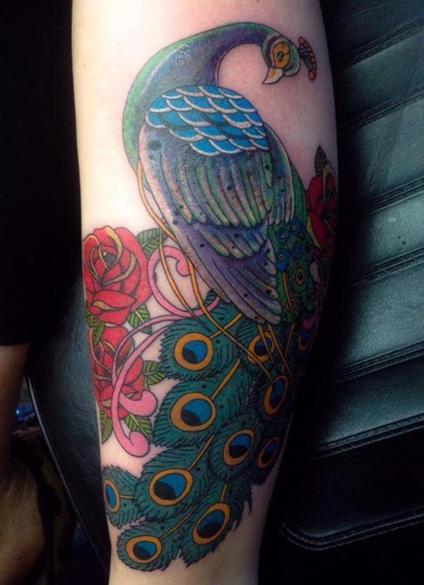 გოგონები გააკეთებენ Peacock Tattoo- ს მათი ფეხებისთვის