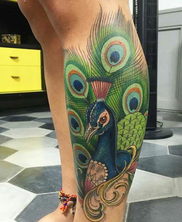 Peacock Tattoo on ფეხით მოაქვს ელეგანტური სახე